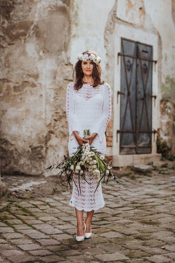 Térd alá érő, hosszú ujjú csipke ruha, mely remek választás egy alkalomra vagy akár egy tóparti esküvőre.