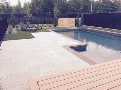 Magnifique projet de piscine creusée ceinturé de gazon synthétique et de dalle de béton. #transpavé #gazonsynthétique #piscine #outdoorspaces #aménagementpaysager #paysagement #landscape