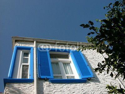 Ferienhaus mit blauen Fensterläden in Alacati bei Cesme in der Provinz Izmir in der Türkei