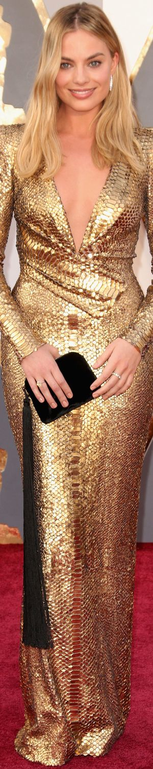 Margot Robbie 2016 Oscars. I´m not a ´gold lover´ but this dress is gorgeous and the way she did accessory is stunning