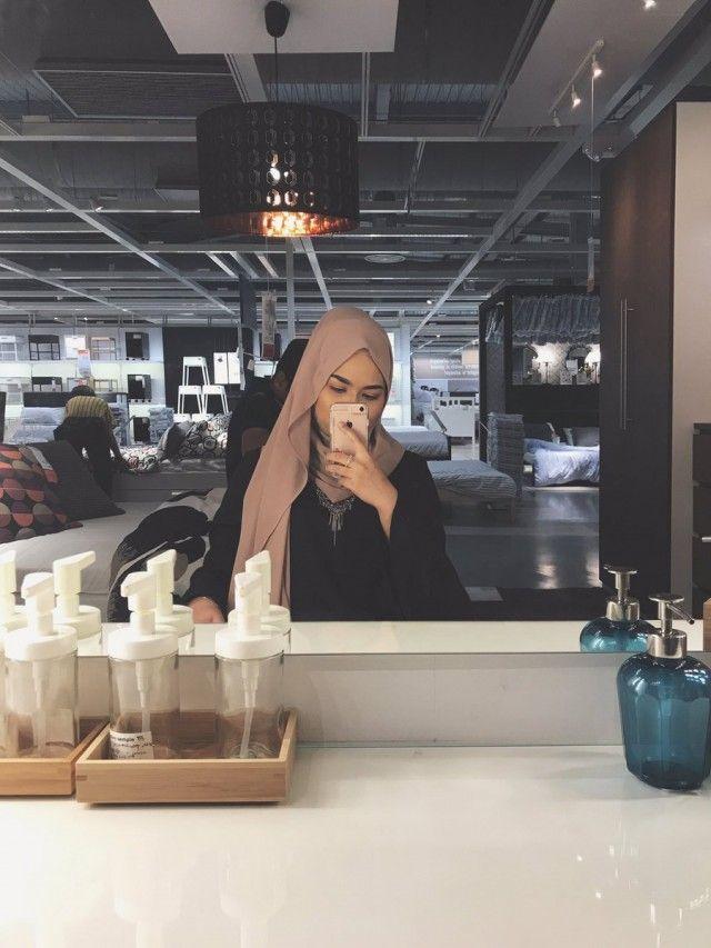 Wanita Berjilbab Selfie Cantik di Belakang Cermin