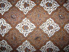 Nama motif : Sido Asih, Daerah : Kraton Surakarta Jenis Batik : Batik Kraton, Dikenakan : Temanten Putri (malam pengantin) Makna : Dua jiwa menjadi satu