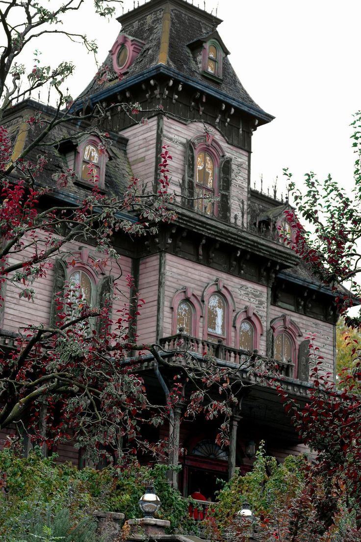 Casas abandonadas que parece mal assombradas existem mesmo e não são poucas! Nesse post resolvi fazer um apanhado de algumas que dão arrepios.