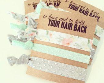 Nuestras tarjetas de lazo de pelo son el favor perfecto para tu despedida de soltera! ¡ Ofrecemos cientos de colores y estampados a elegir para poder