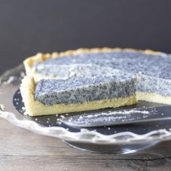 {recipe in English and Spanish} Poppy seed tart, a German kuchen. This will be the talk of your party.