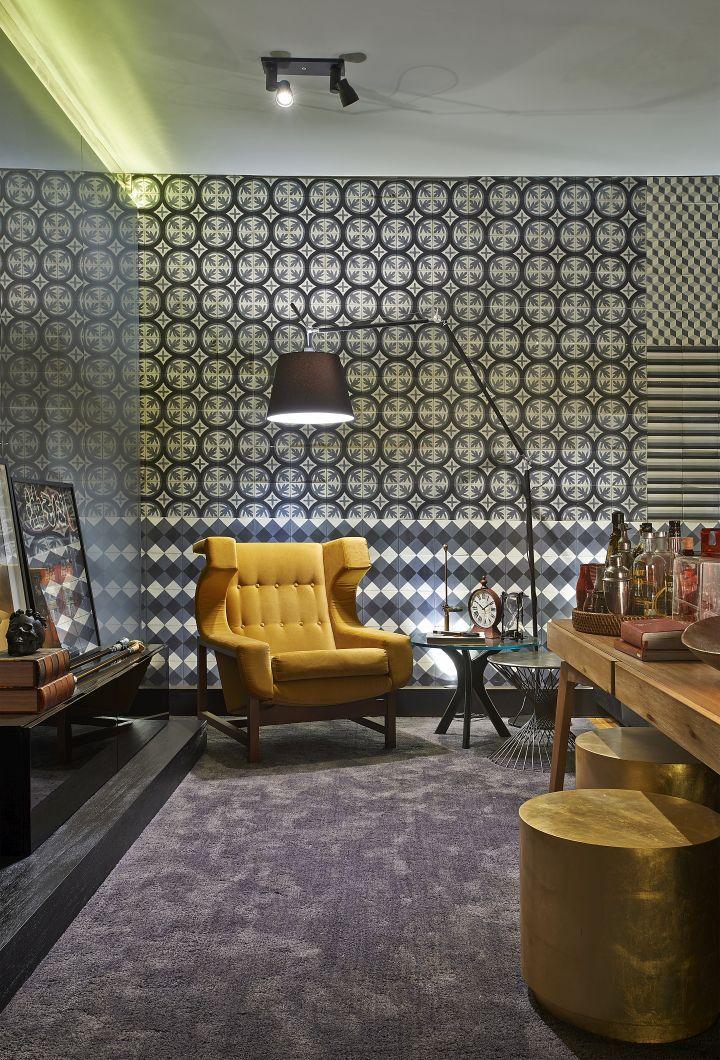 Decoração, mostra, casa cor, tapete, ladrilho hidráulico, iluminação, loft, aparador de madeira, banco, cadeira para sala de estar, abajur de piso