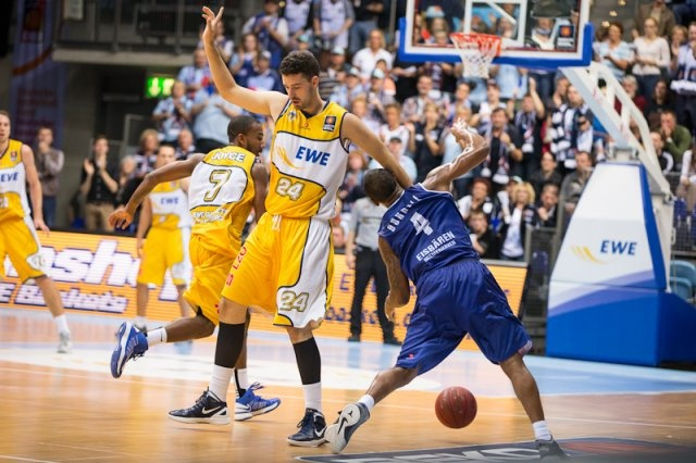 EWE Baskets Oldenburg - Eisbären Bremerhaven. Janik adresses his foul imediately!