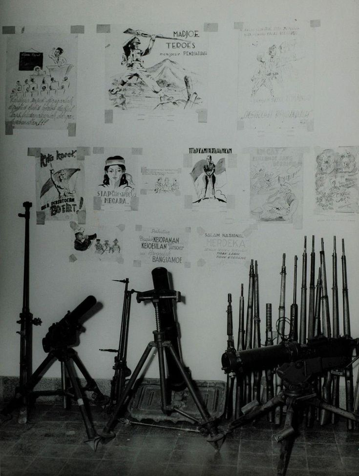 Een tentoonstelling van door de Nederlandse mariniers verzamelde Republikeinse en communistische propaganda en wapens in Soerabaja, Oost-Java Indonesië, vlak voor de politionele acties, voor 21 juli 1947.