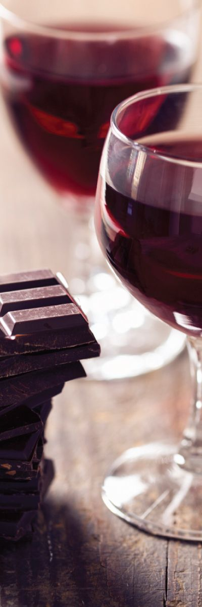 Sjokolade og vin er en vinner kombinasjon for to! Et gavekort på vin og sjokoladekveld for to er en hyggelig og uformell kveld. Gi bort gaven som garantert faller i smak!