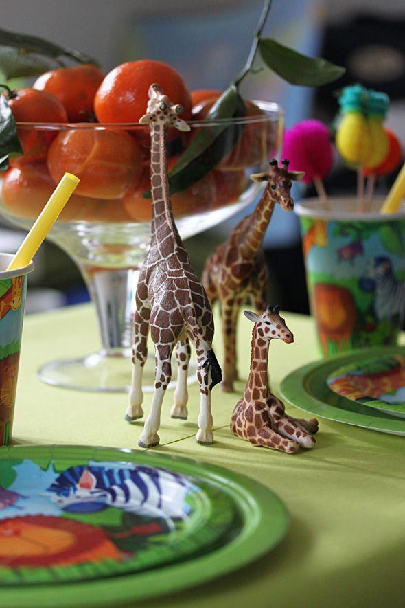 Kids jungle party, table settings, Lasten viidakkojuhlat, kirahvit mandariinien kimpussa.