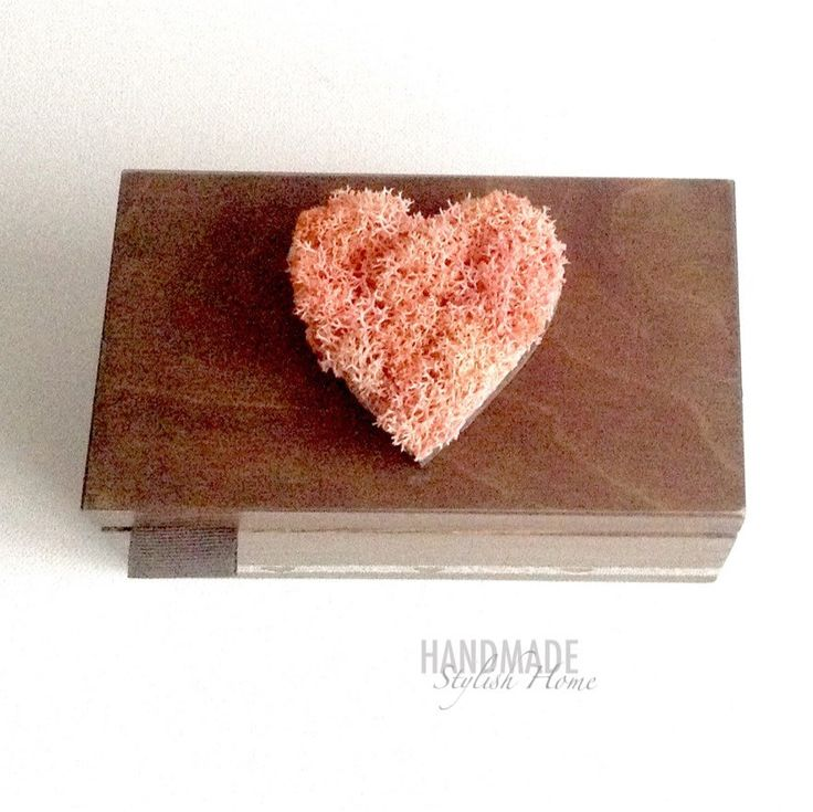 new handmade wooden tea box with reindeer moss heart inspired by the charm of Fuerteventura island waves, foamy shore. outside decorated with a stripe of christmas drinks article from Fuerteventura magazine