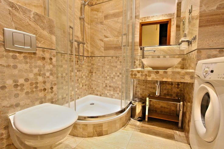 Apartament kremowy  łazienka wyposazona w prysznic kabinowy i pralke. http://www.rainbowapartments.pl/apartament-kremowy/