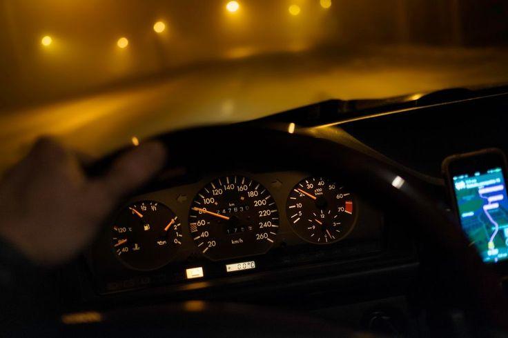 Zatrzymanie #prawa #jazdy na 3 miesiące następuje, gdy #kierujący #pojazdem jedzie w terenie zabudowanym co najmniej o 50 km/h szybciej, niż nakazuje #ograniczenie #prędkości. Od tej reguły na razie nie ma oficjalnie żadnych wyjątków. W Senacie pojawił się jednak projekt, który ma tę sytuację zmienić.  https://www.autodna.pl/blog/zatrzymanie-prawa-jazdy-za-predkosc-pojawia-sie-wyjatki/  #autodna #blog #motoryzacja #kierowcy #prawo #przepisy