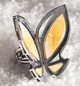 Diseñadora de joyas italiana Sara Devoti: Sosteniendo mariposas de mármol en la mano