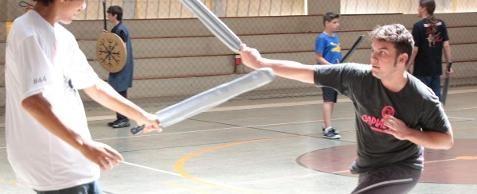 Técnicas de swordplay são ensinadas no Sesc Catanduva