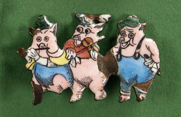 """""""Drei kleine Schweine"""" Anstecknadel Deutschland, 30er Jahre, 2,2 cm hoch sehr guter Zustand, sehr selten! € 100.-"""