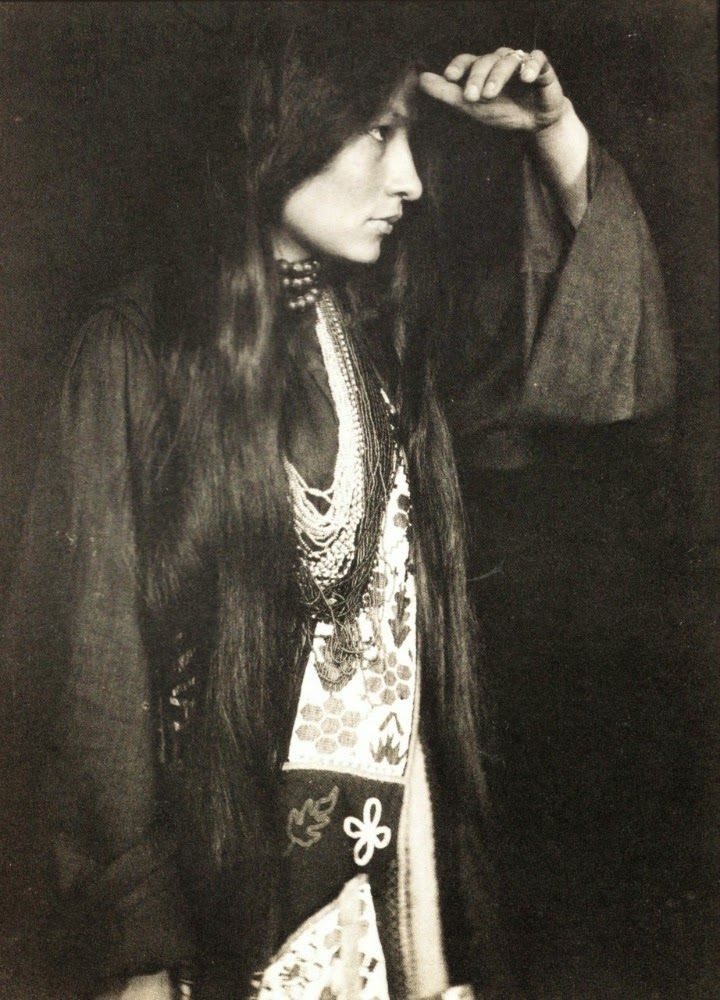 Zitkala-Ša, a Yankton Sioux Native American woman who made her mark as a champion of Native American rights and as an accomplished author and musician. 1920s [::SemAp FB || SemAp::]