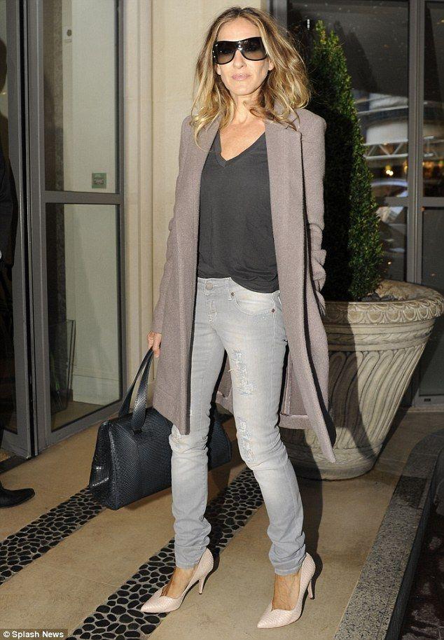 Jeans, svart topp och ljusare kofta eller kavaj.