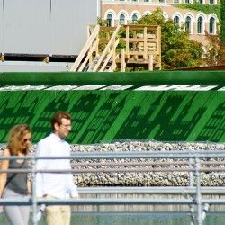 """W przestrzeni publicznej można działać poprzez wodę, zieleń, meble miejskie itp. Okazuje się jednak, że bardzo ciekawym elementem może być cień. Przykładem zastosowania cienia w aranżacji przestrzeni publicznej jest praca """"Shadow city"""" designerki Izabeli Boloz w Østerbro w Kopenhadze."""