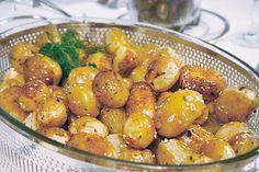 Tvätta potatisen väl och lägg dem oskalade i en ugnsform. Häll över olivoljan och citronsaften och strö över oreganon. Salta och peppra. Ställ formen i ugnen i 225°C i…