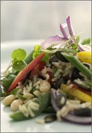 Bønnesalat med ris og grønt.