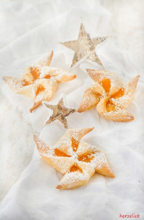 Joulutorttu sind finnische Weihnachtskekse, die die Form eines Windrades haben. Tradiotionell werden sie mit Pflaumenmus gefüllt, wir finden aber dieses Rezept mit Aprikosenmarmelade fast noch besser. In meinem Rezept habe ich sie mit Aprikosenmarmelade gefüllt, die nicht nur herrlich leuchtet, sondern auch noch fruchtig schmeckt. Joulutorttu - ein Rezept für finnische Weihnachtskekse >>>