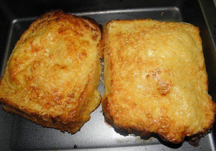 postup: Vejce ušleháme se smetanou, hořčicí, prolisovaným česnekem, solí a pepřem. Těstíčko by mělo být hustší. Připravíme si plech, který zlehka vymažeme. Dva krajíce chleba obalíme ve vaječné směsi a uložíme na plech vedle sebe. Na plátky uložíme šunku a sýr a přikryjeme druhým krajícem obaleného chleba. Přelijeme zbylým těstíčkem a posypeme sýrem. Vložíme do …