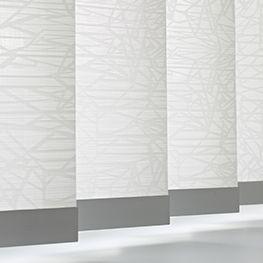 Le Store Bande Verticale Californien crée une Structure Architecturale pour une Décoration Actuelle. Tissu, Aluminium, Bois, du sur-mesure Caspar Stores.
