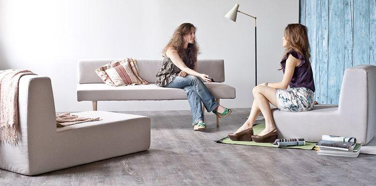 Sofista è il divano modulare disegnato da Fabrizio Simonetti, composto da un divano tre posti, una poltrona, una chaise longue e un letto singolo: tutto in