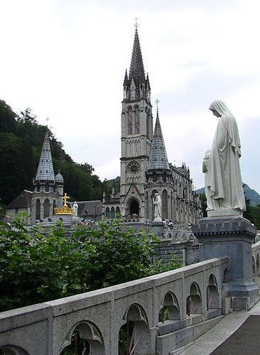Lourdes church. Lourdes lies at a height of 420 m (1,380 ft) on the Iberian peninsular, and the fast-flowing river Gave de Pau runs past the banks of the grotto and then upstream to Pau and Biarritz.