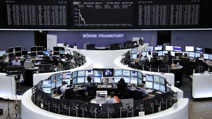 القطاع المالي يدعم أسهم أوروبا وإتش آند إم يهبط بعد إعلان النتائج -  استقرت الأسهم الأوروبية دون تغير يذكر في بداية تداولات يوم الخميس حيث تلقت السوق دعما من أسهم القطاع المالي بينما هبط سهم مجموعة إتش آند إم للأزياء بعد إعلان نتائج مخيبة للآمال. وارتفع مؤشر قطاع البنوك ذو الثقل 0.7% إلى مستوى جديد هو الأعلى في سبعة أسابيع بدعم من توقعات تشديد السياسة النقدية بعد تصريحات تميل إلى التشديد من رئيسة الاحتياطي الفدرالي جانيت يلين أدلت بها هذا الأسبوع. وساهمت مكاسب قطاع البنوك في تعويض أثر خسائر…