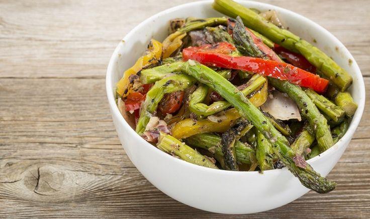 Ζεστή σαλάτα με σπαράγγια και πιπεριές