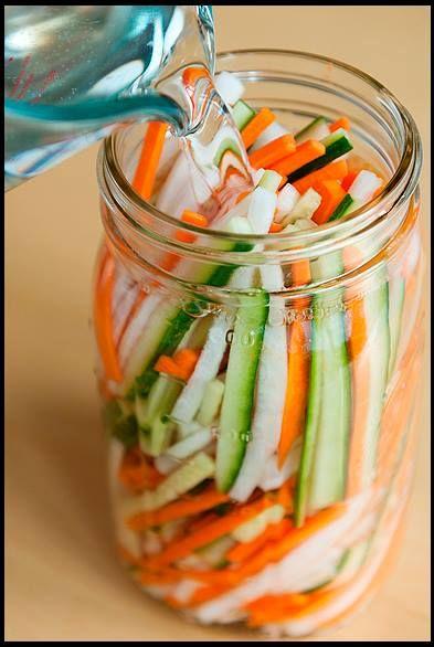 Conserva de vegetais Vietnamita: 1 cenoura 1 nabo 1 pepino 2 colheres de sopa de kosher ou sal marinho 1 xícara de vinagre de arroz ou maçã 1 colher de açúcar 1 xícara de água Corte os legumes a Juliana, faça a mistura do vinagre, sal, açúcar e água.Coloque os legumes em um recipiente que feche hermeticamente, despeje a mistura de vinagre e armazene por 5 dias na geladeira, para que os legumes pegue o sabor. Use para fazer sanduíches.