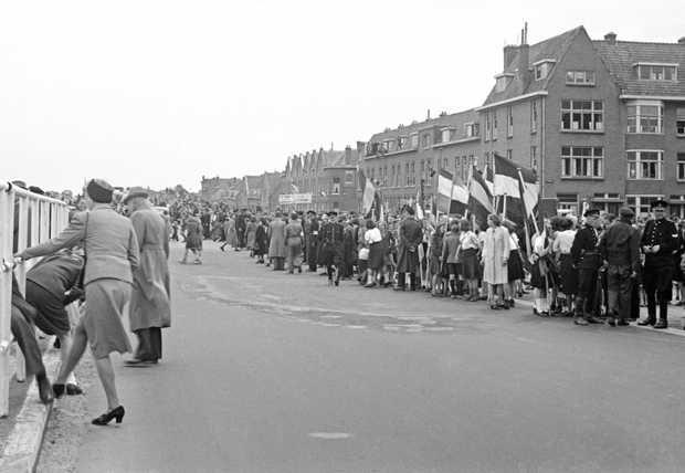 Duizenden mensen in de Paralelstraat in Overschie hopen een glimp op te vangen van Winston Churchill die een bezoek brengt aan Rotterdam. Begin ¼46 tijdens zijn bezoek aan ons land, beklemtoonde hij dat Nederland een veel actiever buitenlands beleid moest voeren. In Nederland heerste de overtuiging dat de grote mogendheden de beslissingen namen en dat Nederland gewoon moest gehoorzamen. ANPFOTO/ANP