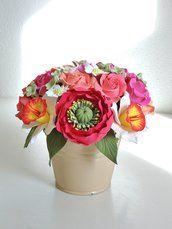 Composizione floreale fatta a mano di argilla polimerica giapponese Decoclay.