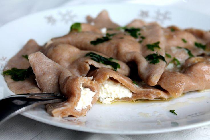 Typickým slovenským jedlom sú okrem bryndzových halušiek určite aj naše pirohy. Avšak za skvelou chuťou sa skrýva mnoho kalórií a nezdravých surovín. No to neznamená, že sa teraz tohto jedla musíme nadobro vzdať! Stačí len rozumne vymeniť suroviny za zdravšie a razom si vieš vykúzliť plnohodnotný pokrm. Ja som uvarila pirohy na 3 rôzne spôsoby. Stačí si… Continue reading →