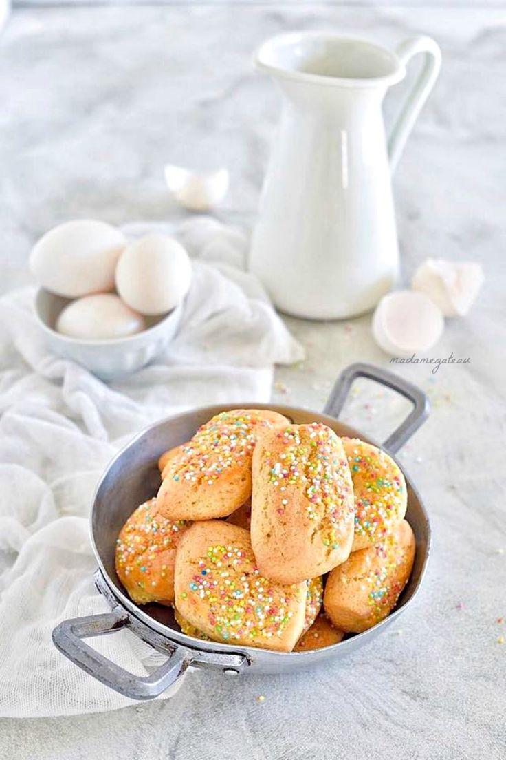 La Pasqua è ormai alle porte e per questa ricorrenza, da buona calabrese, nella mia cucina si infornano i tipici biscotti per la domenica di Pasqua. Questi biscotti vengono decorati con le uova sode,(ma io le ho omesse) e zuccherini per renderli più carini, sono molto friabili da gustare in qualsiasi momento della giornata.
