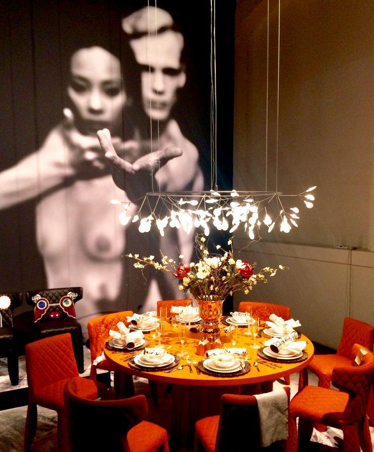 Expoziție superbă a olandezilor de la Mooi la #milandesignweek. Instalații de iluminat, fixturi noi, scaune și covoare care vorbesc despre același lucru