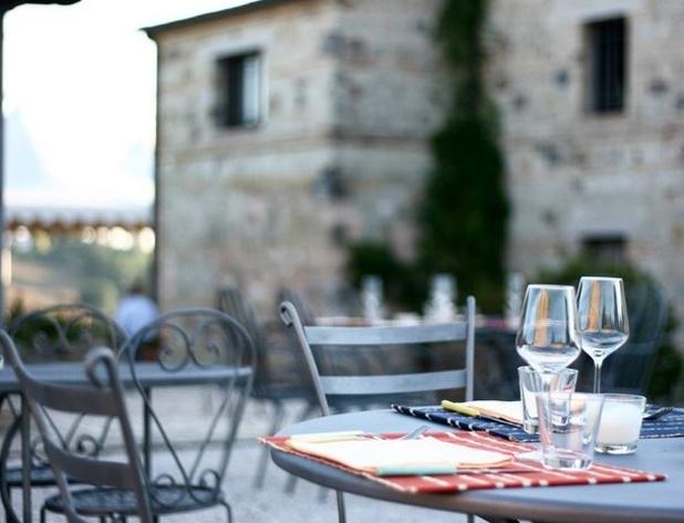 Aiòn, Via Montacuto 121 - Ancona.  Tel: 071898232 - www.moroder-vini.it. È il ristorante dell'azienda Moroder, molto nota per i suoi vini. Il posto è incantevole, in estate si mangia all'aperto, circondati dalla campagna attorno al monte Conero. Spesso si assiste a concerti e feste. Consigliata, prima della cena, una visita alla cantina.