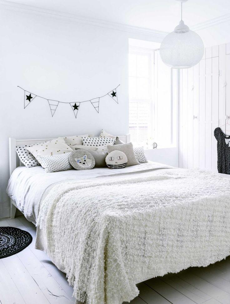 Styling Kim van Rossenberg | Photographer Sjoerd Eickmans | vtwonen januari 2015 #vtwonen #magazine #interior #DIY #bedroom #flags #stars #decoration #pillows #white
