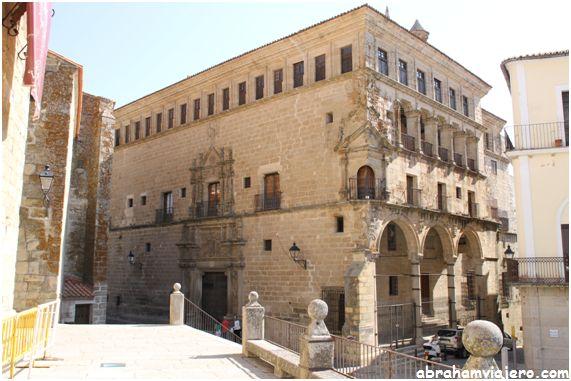 El Palacio de los Carvajal Vargas es la más monumental de las residencias civiles extremeñas del Renacimiento, fueron fundadas por Don…