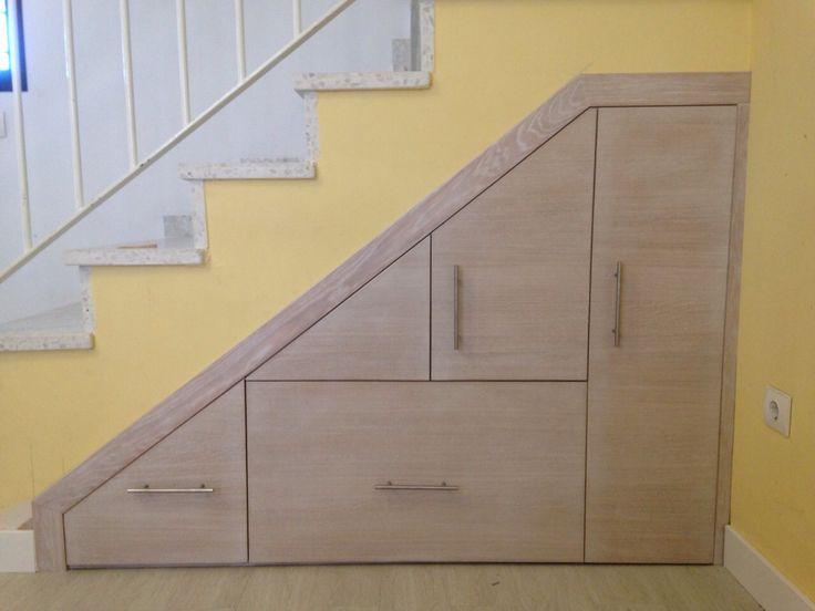 Mueble bajo de escalera frente en roble con tinte for Closet con escalera