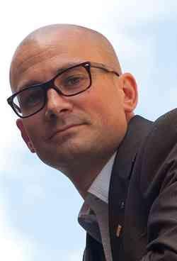 Politiker: Ge IS-krigare jobb och terapi Återvändande IS-krigare bör få hjälp med terapi och att komma i jobb. Det säger Rasmus Persson (C), kommunalråd i Örebro. Men förslaget sågas av terrorforskaren Magnus Norell. – Vill man öka rekryteringen till IS så är det en fantastisk idé, säger han.