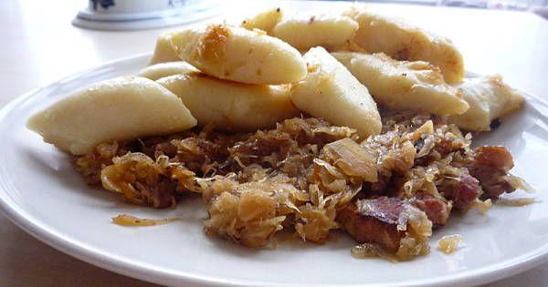 Ziemniaki ugotować w osolonej wodzie, ciepłe przepuścić przez praskę. Zostawić do ostygnięcia, następnie przełożyć do miski i dokłądnie uklepać ich powierzchnię. Podzielić na 4 części, czwartą wyjąć i uzupełnić braki mąką, dołożyć wyjęte wcześniej  ziemniaki, wbić jedno jajko i tych skłądników wyrobić jednolitą masę. Ziemniaki są różne