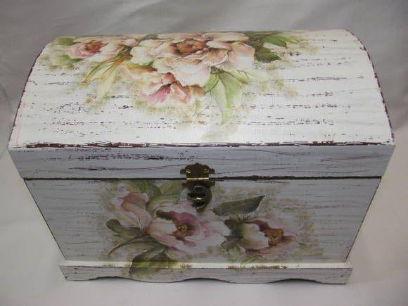 Baú grande, confeccionado em MDF decorado com pintura provençal e decoupagem. R$ 120,00