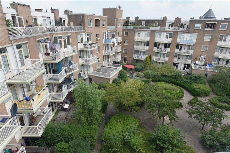 Te koop: Celebesstraat 103H, Amsterdam - Hoekstra en van Eck - Een leuke 2-kamer starterswoning in stadsdeel Zeeburg, kunnen wij u aanbieden! Goed ingedeelde woning met vrij uitzicht over het spoor. In de verte de contouren van de nieuwe ontwikkeling en winkelcentrum Oostpoort. De woning ligt op de 4e verdieping, heeft  2 een ruim dakterras aan de binnentuin.