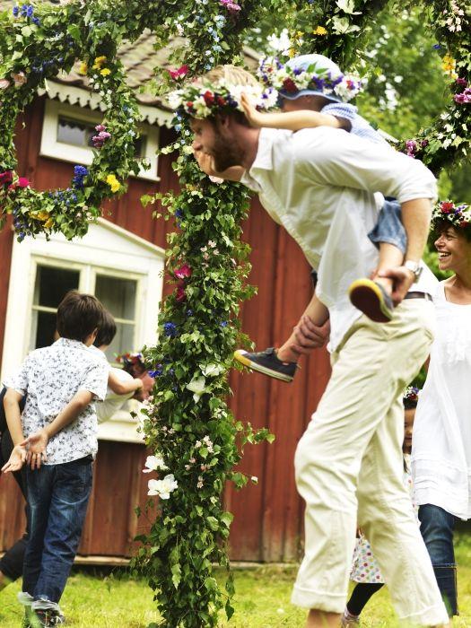 Zima vo Švédsku je dlhá a občas sa zdá, že nikdy neskončí. Preto s prvými slnečnými lúčmi a prebúdzajúcou sa prírodou prichádza aj čas na oslavu letného slnovratu. Už v dávnej minulosti oslavovali tento sviatok mnohé kultúry, no obzvlášť Švédi vzdávajú hold najdlhšiemu dňu v roku s veľkým nadšením.   www.IKEA.sk