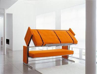 Le modèle Doc en pleine transformation : la partie située sous l'assise se soulève, et vient se rabattre sur le dessus du canapé.