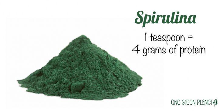 Эта разновидность сине-зеленых водорослей содержит 65% белка – рекордное количество среди всех  известных продуктов. С 1 чайной ложкой вы получите целых 4 г белка. Спирулина также отличный источник железа – всего в 1 чайной ложке содержится 80% суточной потребности. Ее можно добавлять в смузи, чтобы замаскировать запах, и в качестве бонуса получить хорошую порцию витаминов группы В, белка, железа и других жизненно важных минералов. А еще спирулина, в отличие от животных продуктов…