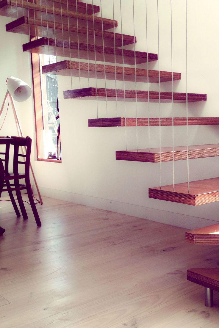 Floating staircase with wire balustrade support